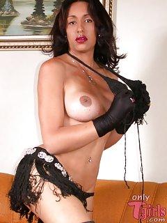 Latin brunette TS posing