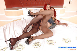Ginger Sweetpie Giving Transsexual Pantyhosejob