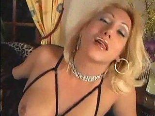 Fetish tranny masturbates her dick