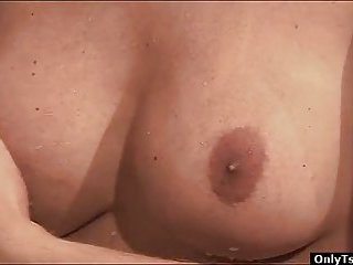 Tranny Danielly Marinetto masturbates in a jacuzzi