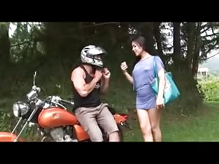 Outdoor pleasure for a skilful tranny bitch