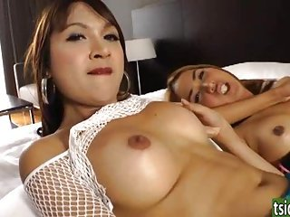 Bangkok shemales Namtan and Pop sucking
