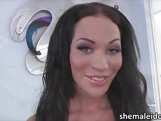 Shemale Mia Isabella misbehaves as she gets horny in bed
