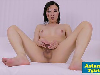 Amateur casting with a tugging tranny