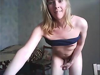Blonde trap shows off her body
