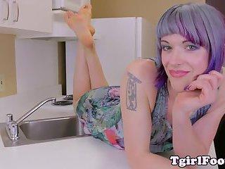 Manicured amateur tgirl flexing toes