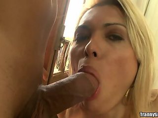 Hot shemale Milena Vendramine cums while beeing fucked