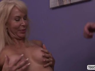Tgirl River went to Erica and gets fuck