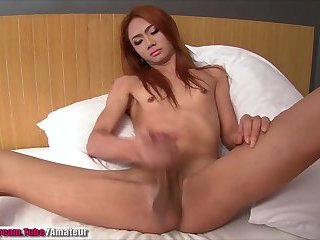 Amateur Thai Shemale shoots her load