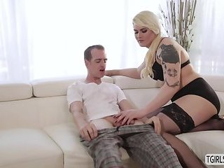 Blonde ts Isabella gets her tight asshole drilled har