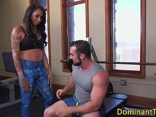 Dominating ebony TS assfucking muscular hunk