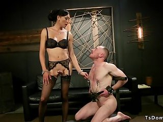 Huge dick tranny dominatrix anal bangs guy