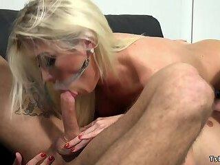 Blonde shemale editor anal fucks opponent
