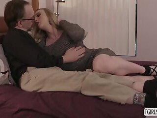 Sexy tbabe Janelle Fennec sucking hunk dudes dick