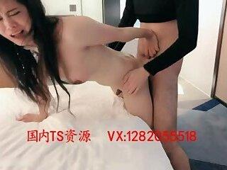 人妖被猛干Sexy beautiful transvestite 米兰 insert from behind the anus by men