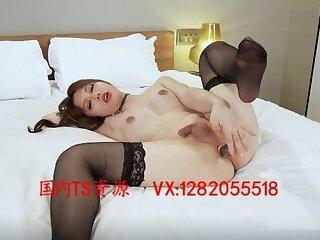 国内妖的日本电影Sexy and beautiful transvestite 小乐 with false penis inserted into the anus