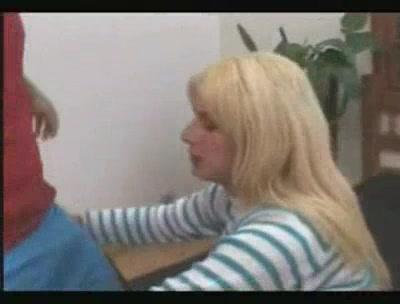 Тетка блондинка трахает парня